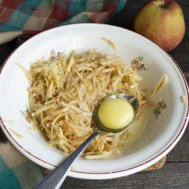 Разбиваем куриное яйцо, солим и перемешиваем ингредиенты