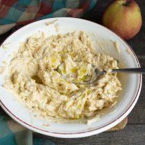 Вымешиваем тесто ложкой, добавляем немного оливкового масла