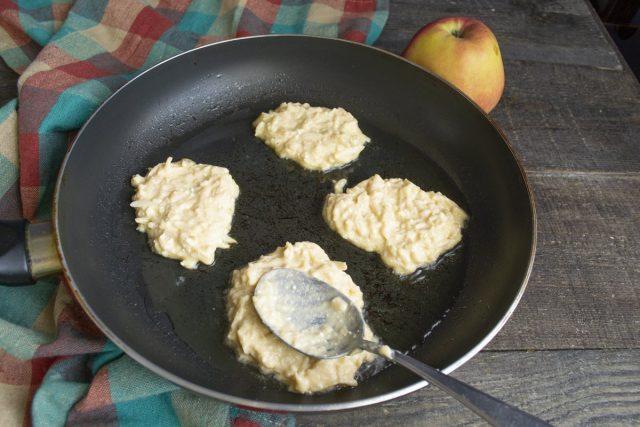 Жарим яблочные драники на умеренном огне с одной стороны 2-3 минуты до золотистой корочки