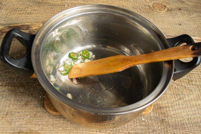 Обжариваем перец чили и мелко нарезанный чеснок
