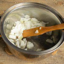Отправляем нарезанный лук в кастрюлю и обжариваем до полупрозрачного состояния
