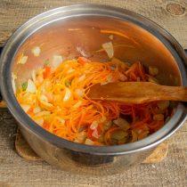 Добавляем к обжаренным овощам нарезанный помидор, тушим всё вместе 5 минут
