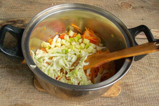Добавляем в кастрюлю капусту и цуккини