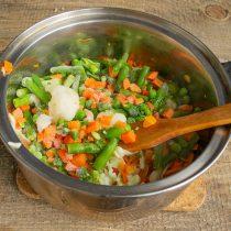 Добавляем замороженную овощную смесь