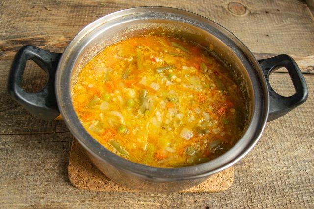 Доводим суп до кипения, уменьшаем нагрев и варим под крышкой примерно 20 минут. Солим