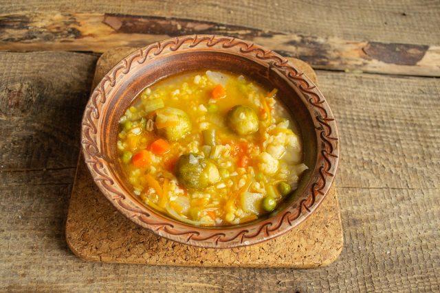 На стол овощной суп с булгуром и чечевицей подаём горячим