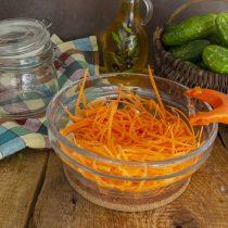 Натираем морковку узкими, тонкими, длинными полосками
