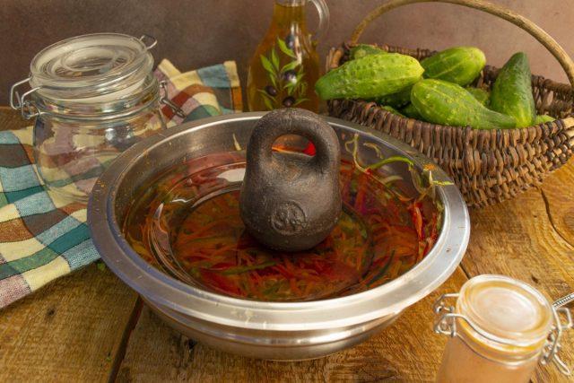 Оставляем салат на 3-4 часа под грузом, затем перекладываем в кастрюлю и доводим до кипения