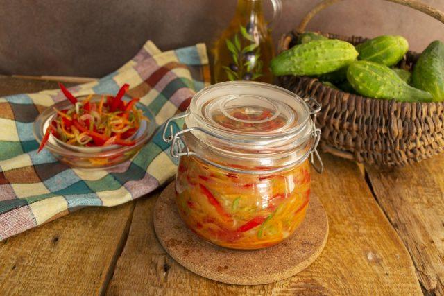 Закрываем готовые овощи по-корейски и пастеризуем