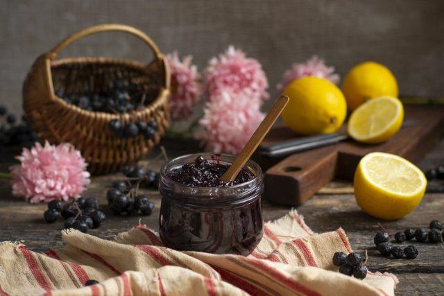 Полезное варенье из черноплодки с лимоном