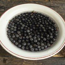 Замачиваем ягоды в воде, промываем, затем бланшируем и откидываем на сито