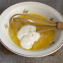 Добавляем жирную сметану и перемешиваем ингредиенты венчиком