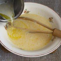 Добавляем растопленное масло к жидким ингредиентам