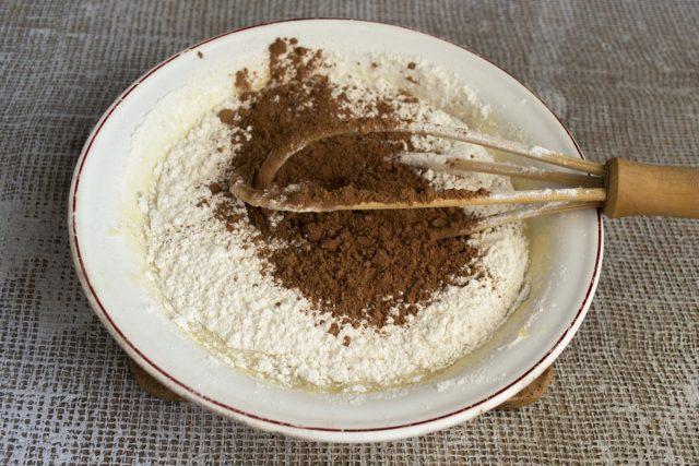 Насыпаем порошок какао, тщательно перемешиваем сухие и жидкие продукты