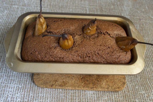 Отправляем форму с пирогом в духовку, выпекаем примерно 45-50 минут