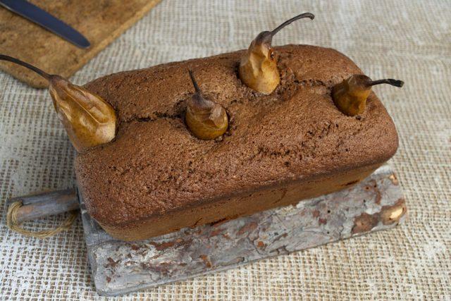 Готовый пирог оставляем на 10-15 минут в форме, затем извлекаем и остужаем
