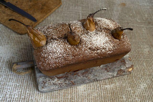 Остывший шоколадный пирог с грушами посыпаем сахарной пудрой. Готово!