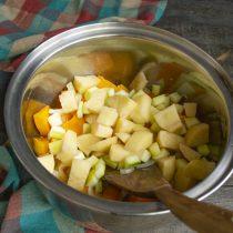 Добавляем очищенный и порезанный кубиками картофель