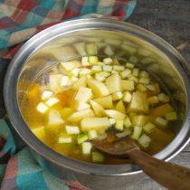 Наливаем в кастрюлю бульон от нута, добавляем кубик овощного бульона