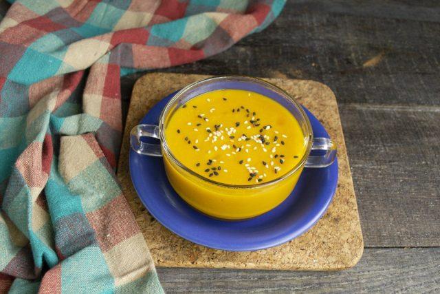 На стол крем-суп из тыквы с нутом подаём горячим или тёплым