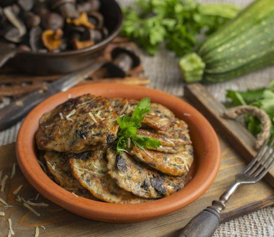 Сытные оладьи из кабачков с пармезаном и грибами