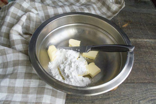 Добавляем к охлажденному сливочному маслу сахарную пудру