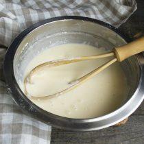 Добавляем картофельный или кукурузный крахмал. Перемешиваем ингредиенты