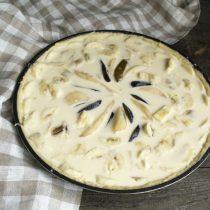В центр пирога кладём ломтики груши и сливы, вокруг раскладываем нарезанные бананы