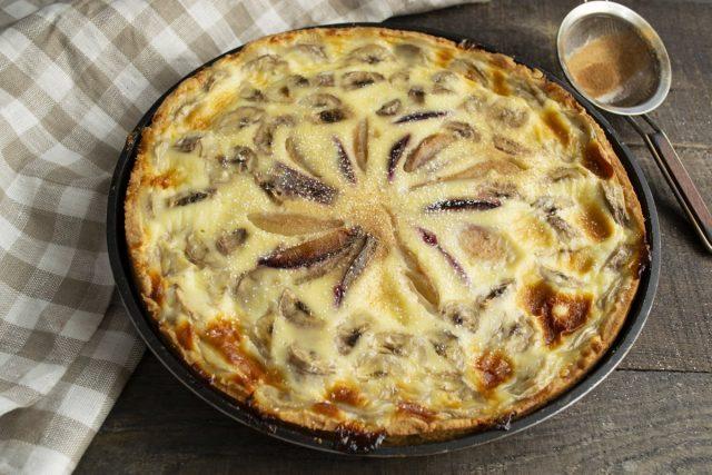 Перед подачей посыпаем пирог с фруктами сахарной пудрой и молотой корицей