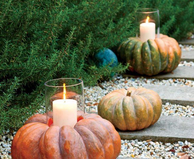 Добавьте осенний шарм дорожке у дома, используя тыквы со свечами