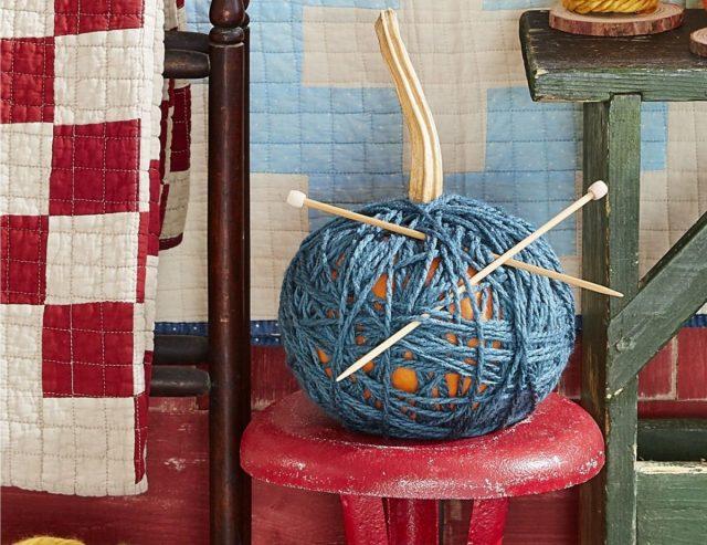 Намотайте нитки в том количестве и в таких соединениях, как вам нравится, и закрепить их — тёплая одежда для тыквы готова
