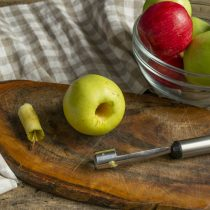 Из подготовленных яблок вырезаем сердцевину