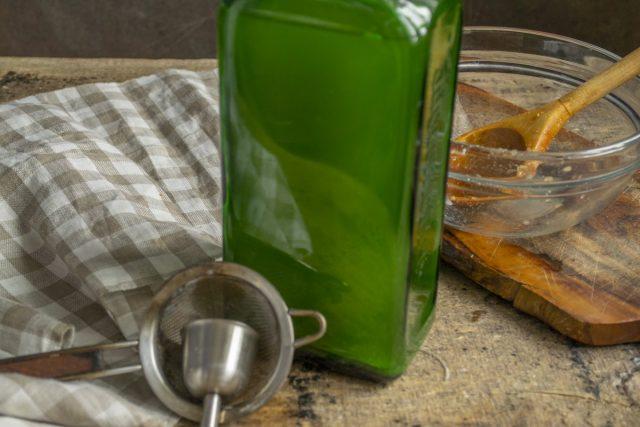 Сливаем уксус с мёдом в бутылки, закупориваем и оставляем в тёмном и тёплом углу на 1 месяц
