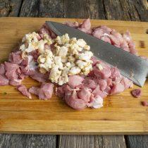 Солёный свиной шпик режем мелкими кубиками и добавляем к нарезанному мясу