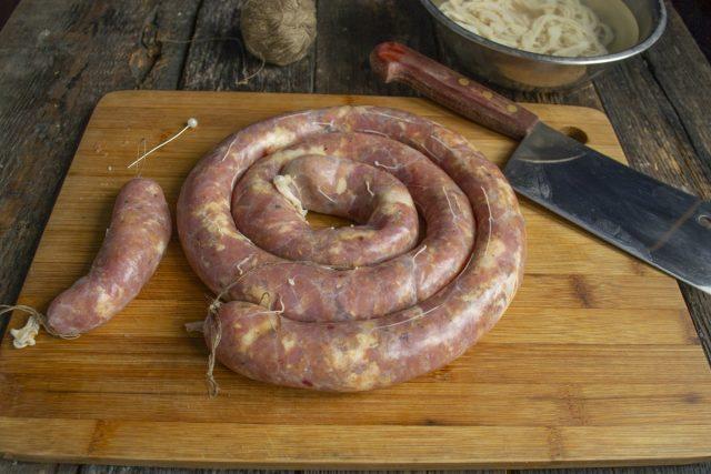 Концы колбасы также можно завязать кулинарной или льняной нитью