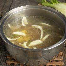 Достаём куриную грудку и пучок зелени из супа. Кладём фенхель и картофель