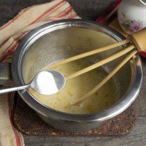 Смешиваем сахар и яйца венчиком, добавляем ванилин