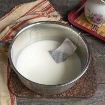 В другой сотейник наливаем оставшиеся сливки, кладём пакетики чая с бергамотом