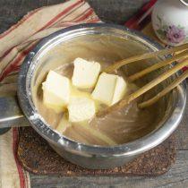 В горячий крем вводим порезанное кубиками сливочное масло, перемешиваем и остужаем