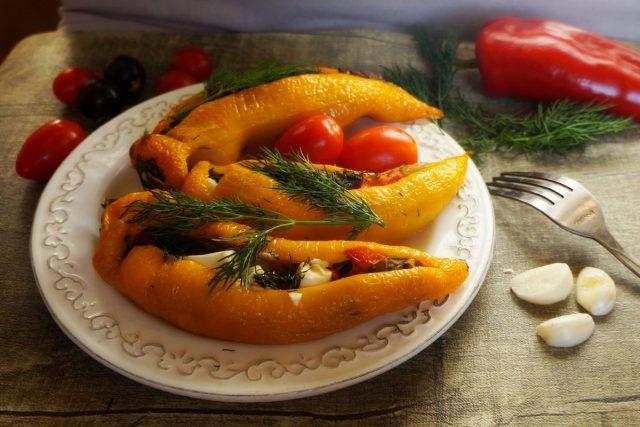 Перец, фаршированный грибами и сыром фета