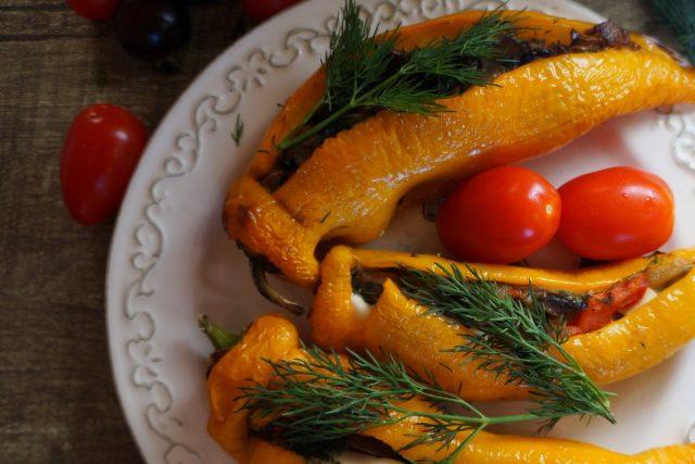 Запекаем перец, фаршированный грибами и сыром фета, 20-25 минут до готовности