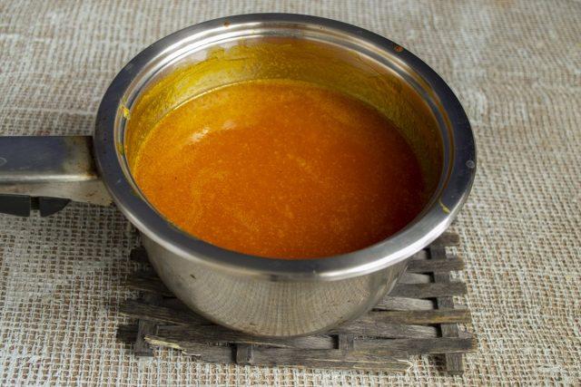 Добавляем к тыквенному пюре сок облепихи, насыпаем сахарный песок, перемешиваем и увариваем желе
