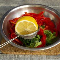 Выжимаем на овощи сок из лимона, солим и перемешиваем