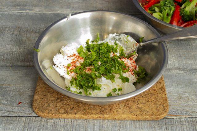 Для соуса кладём мягкий творог, добавляем зелень, молотую сладкую паприку и солим