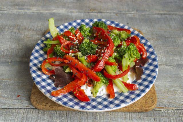 Кладём порцию приправленных овощей, посыпаем семенами черного и белого кунжута