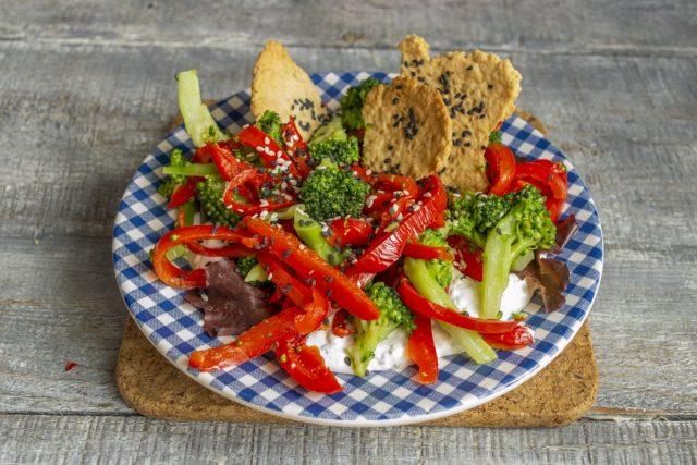 Салат из брокколи с перцем готов