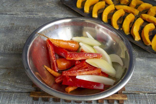 Кладём нарезанные овощи в миску, поливаем маслом и также перемешиваем