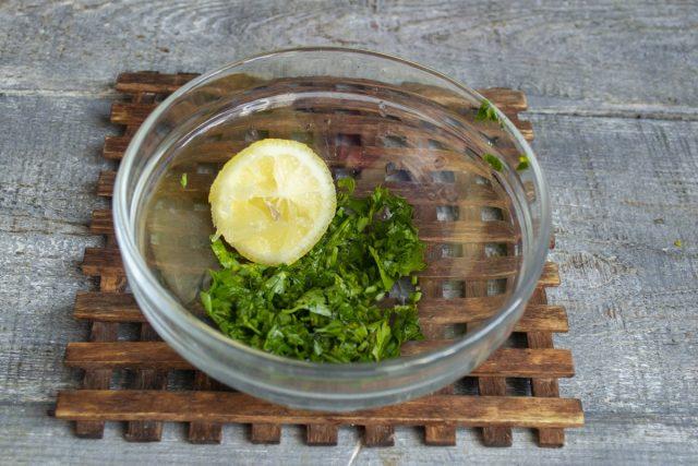 Для заправки кладём измельченную зелень в миску, выжимаем сок из половинки лимона