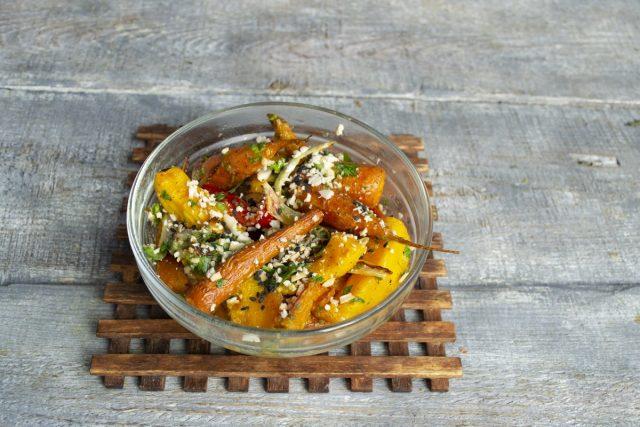 Смешиваем овощи с заправкой и посыпаем орехами. Постный салат из запеченной тыквы готов