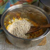 Насыпаем перловку в кастрюлю с овощами